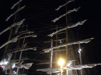 Schiffsmasten im Nachthimmel