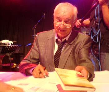 Müller-Stahl gibt Autogramme