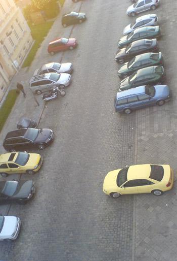 Freie Parkplätze vor dem Haus