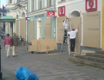 Kröpeliner Straße Rostock: Arbeiter verrammeln Schaufenster