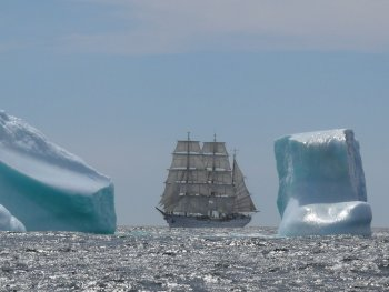 Gorch Fock vor Eisbergen