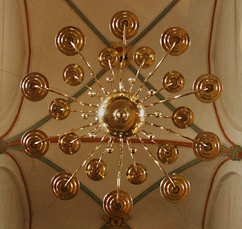 Kerzenleuchter und Gewölbe der Jakobikirche zu Lübeck