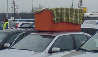 Ikea-Sofa auf dem Autodach