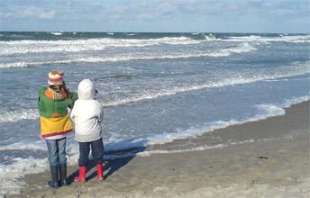 Schauspiel für Groß und Klein: Wellen rauschen an den Strand von Warnemünde