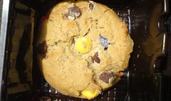 Kekse, mit verlaufenen braunen Smarties verziert, wenig appetitlich