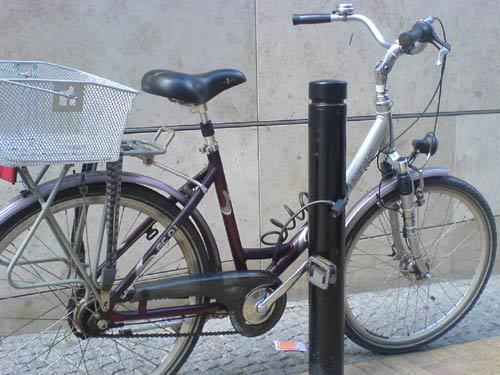 Fahrrad, an einem halbhohen Pfosten angeschlossen
