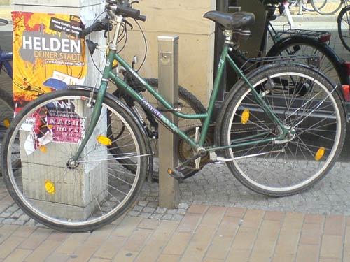Und noch ein Fahrrad, an einem halbhohen Pfosten angeschlossen