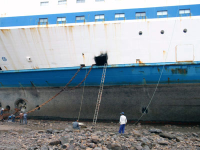 Rumpf der Finnjet - Arbeiter haben ein Loch hineingeschnitten