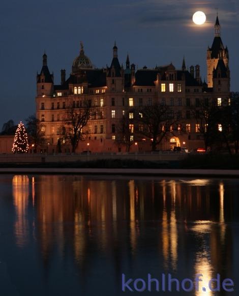 Blickfang auf dem Weg in den Feierabend: Der volle Mond über dem Schweriner Schloss. Foto: Christian Kohlhof