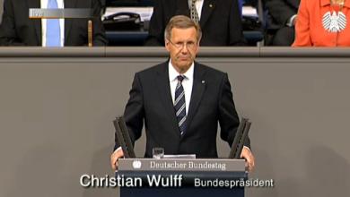 Erst dauerts ne halbe Ewigkeit - und dann geht alles ganz schnell. Christian Wulff stand nach der Annahme der Wahl kaum am Rednerpult im Bundestag, da hatte das Parlamentsfernsehen schon das passende Insert eingeblendet. Das ist Verwaltung, die funktioniert. Quelle: bundestag.de