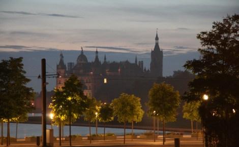 Schweriner Schloss im frühen Morgenlicht