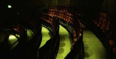 Leere Stuhlreihen im Theater