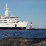 Fährschiff passiert Nordermole Warnemünde