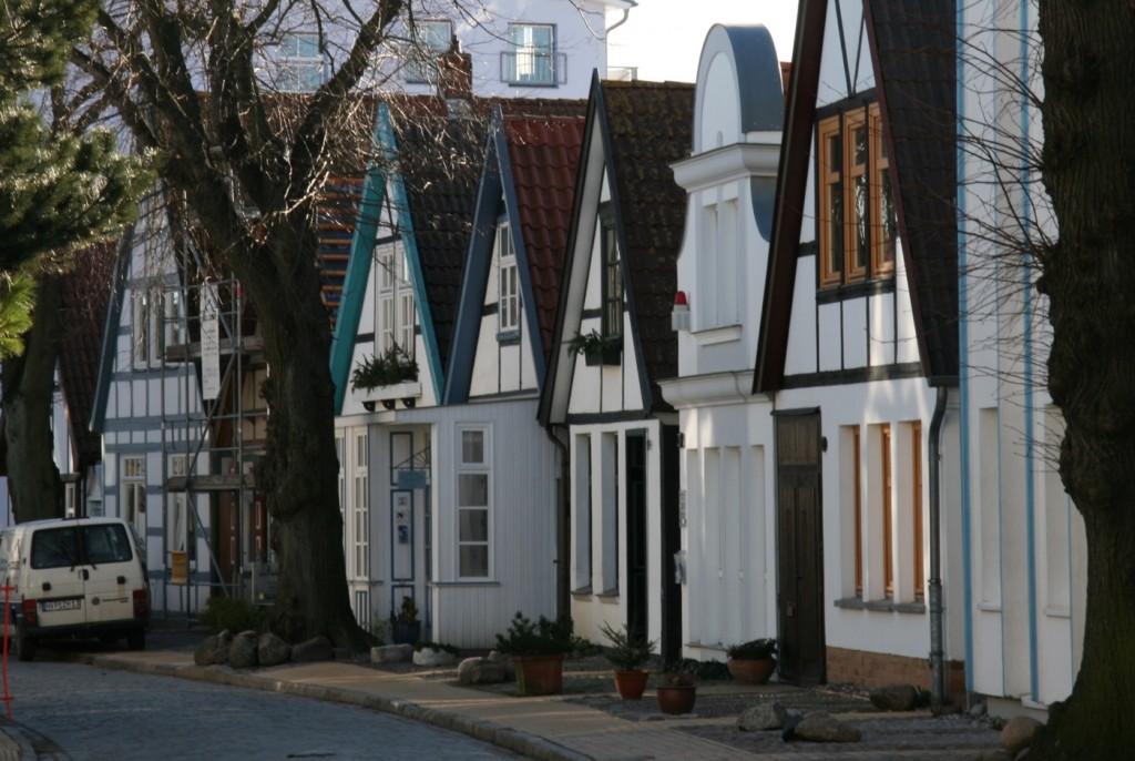 vier weiß getünchte Fassaden in der Alexandrinenstraße