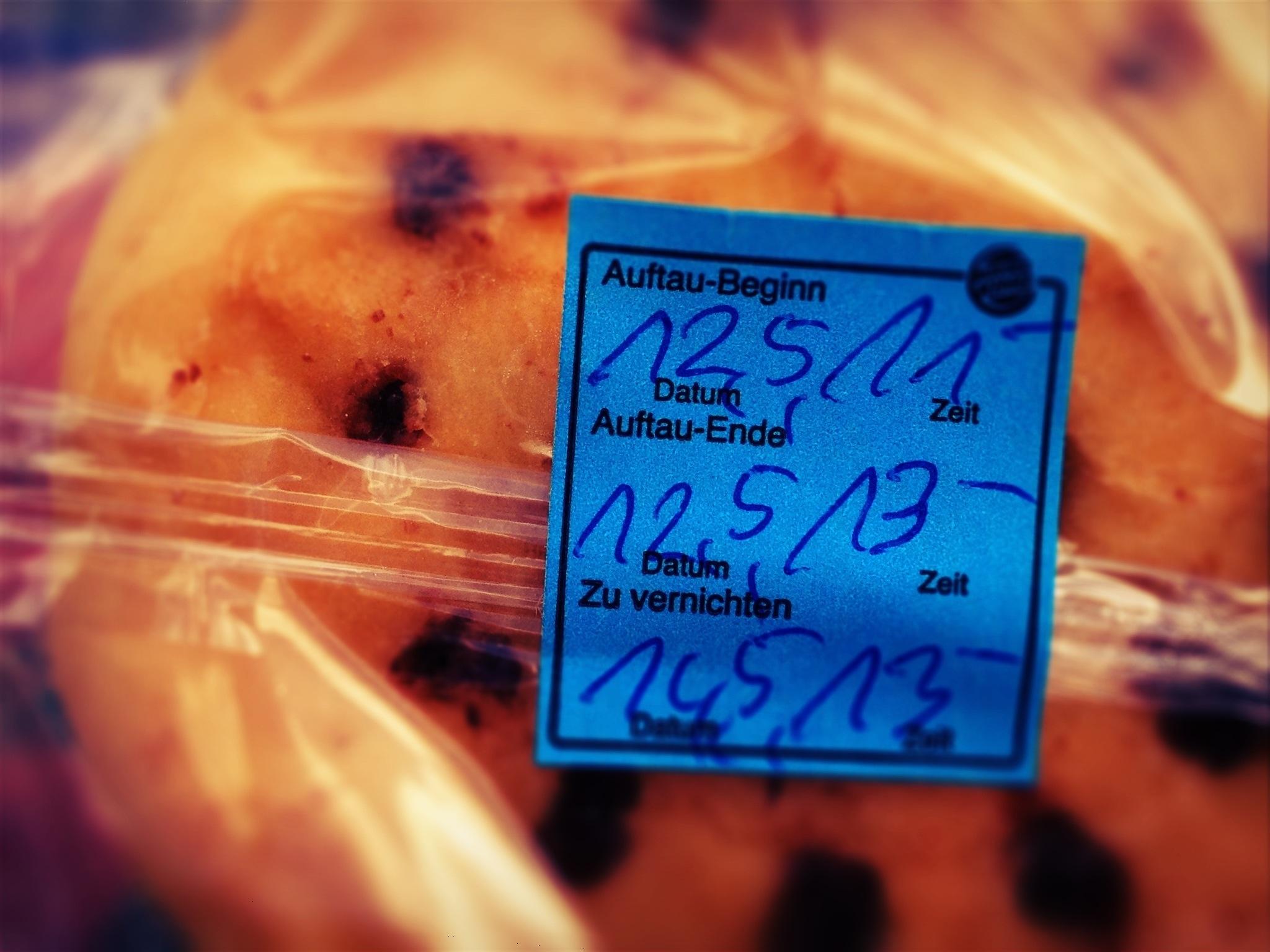 Haltbarkeitsaufkleber unter Fastfood-Donut: gerade aufgetaut.