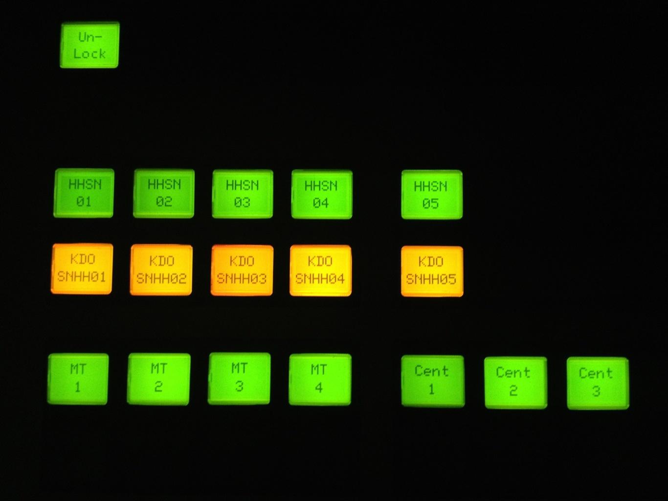 Grüne und gelbe, leuchtende Schalter