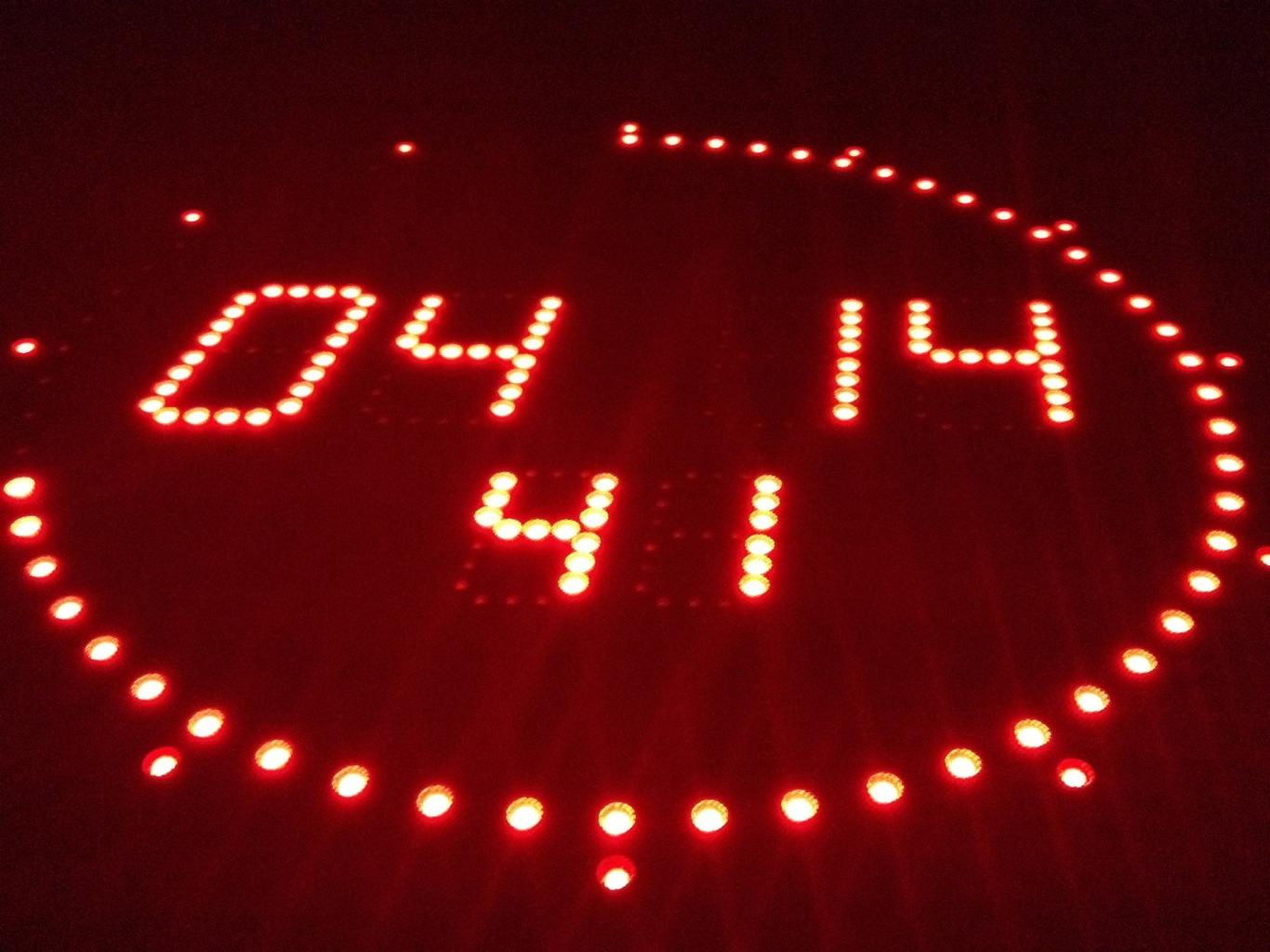 Studiouhr mit roten Leuchtdioden