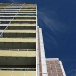 Hochhaus ragt auf vor blauem Himmel