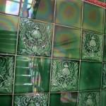 Treppenhaus spiegelt sich auf grünen Kacheln