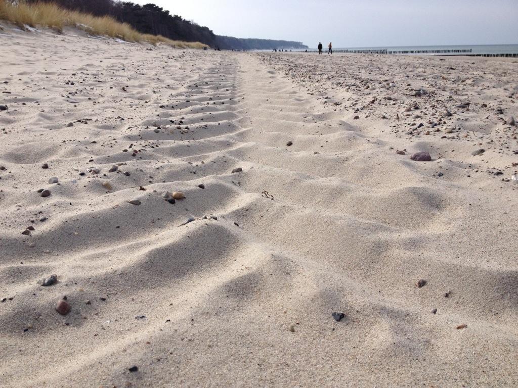 Treckerspur im Sand