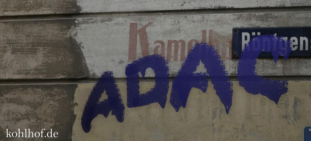 ADAC-Schriftzug an Hauswand gemalt
