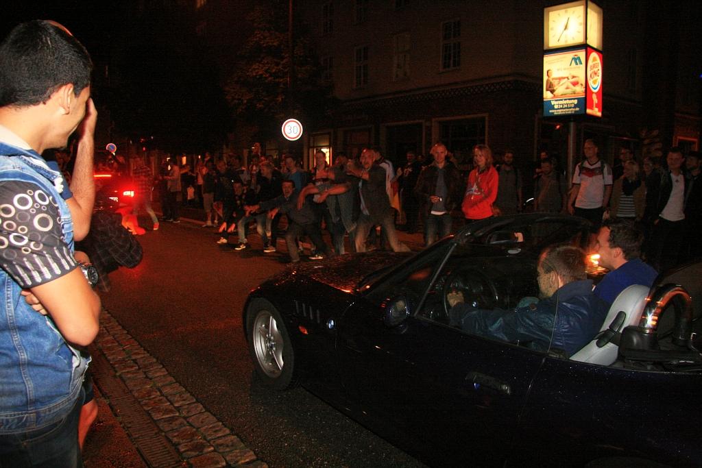 Am Straßenrand jubelten Fans den Autos zu.