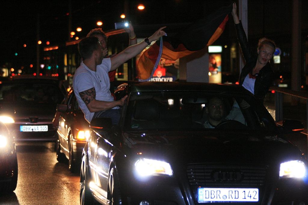 Links und rechts saßen die Fans in oder besser an ihren Wagen.