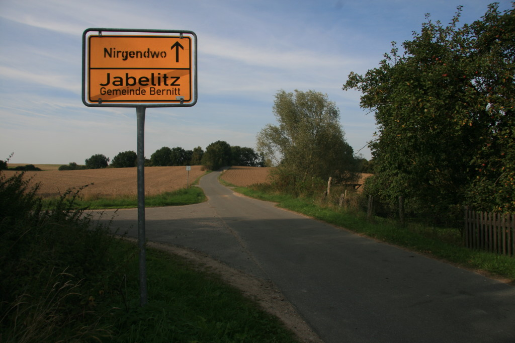 Ortsausgangsschild von Jabelitz. Nächster Ort: Nirgendwo.