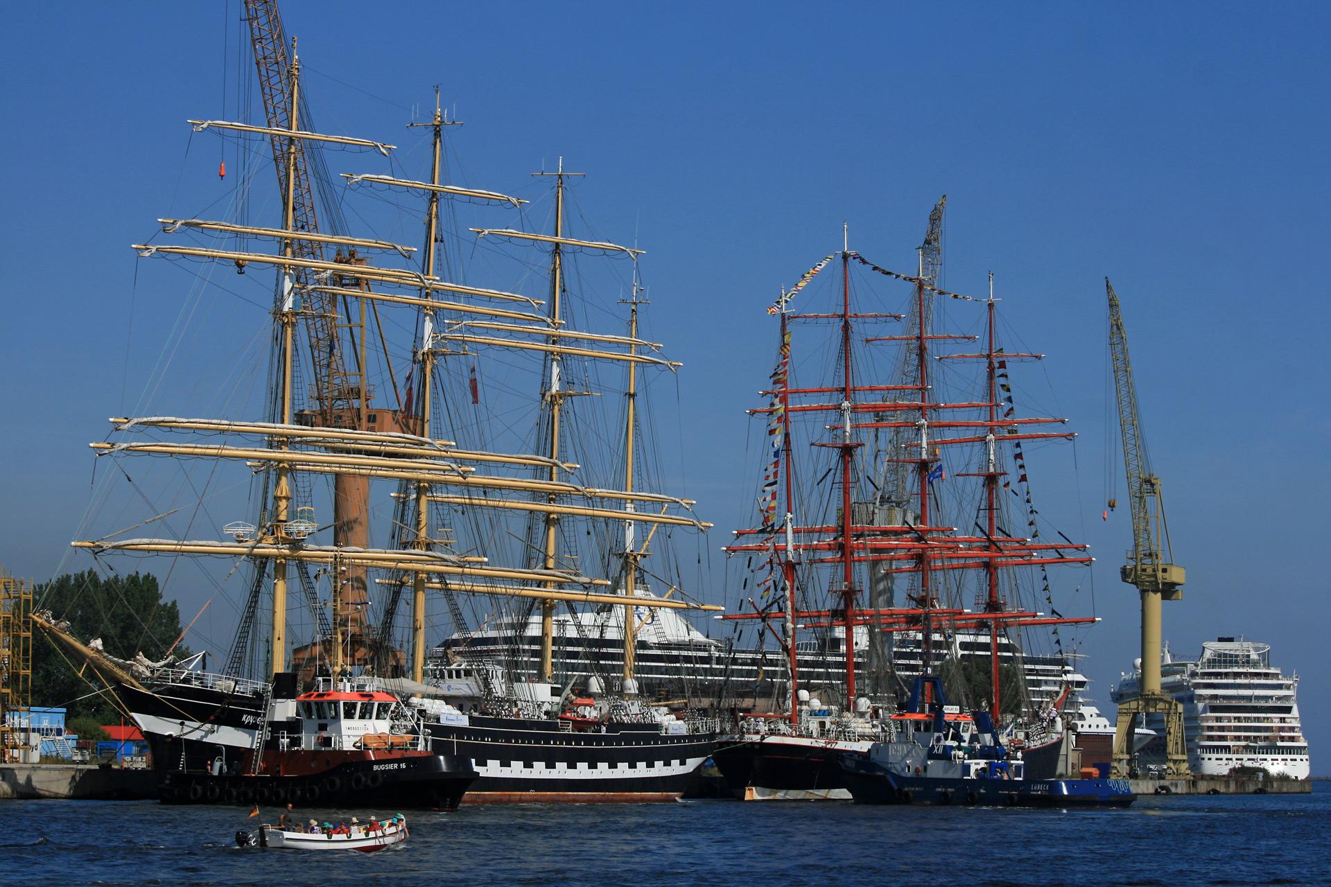 Zwei historische Segelschiffe am Kai in Warnemünde