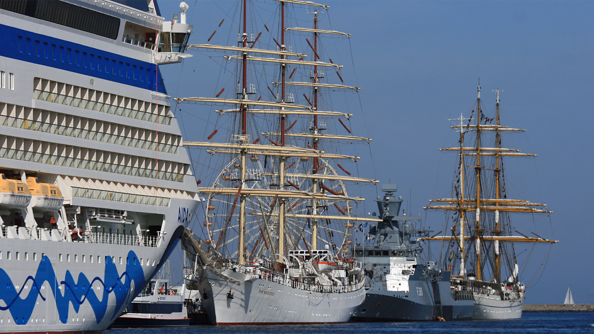 """Der Bug der """"Aida diva"""" lässt die Segelschiffe Gorch Fock und Dar Mlodziezy klein wirken."""