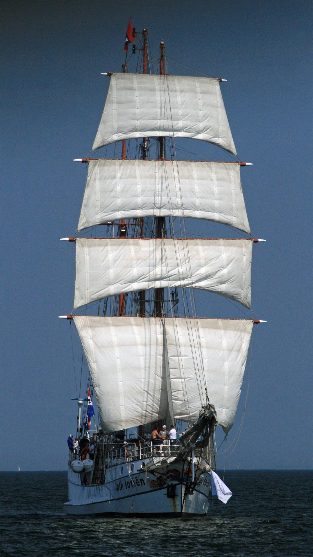 Historisches Segelschiff mit weißen Segeln