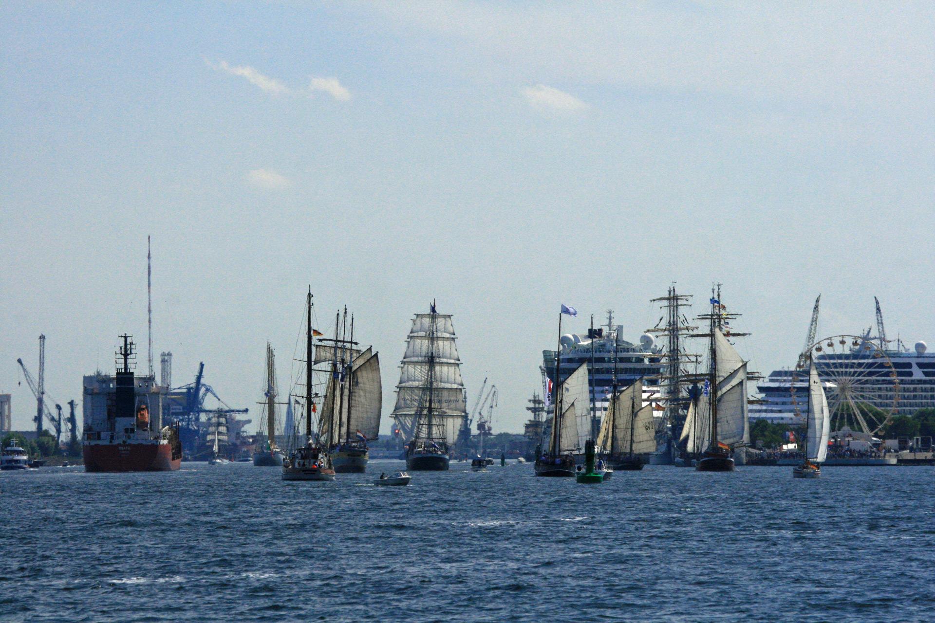 Segelschiffe laufen im Seekanal Warnemünde ein.