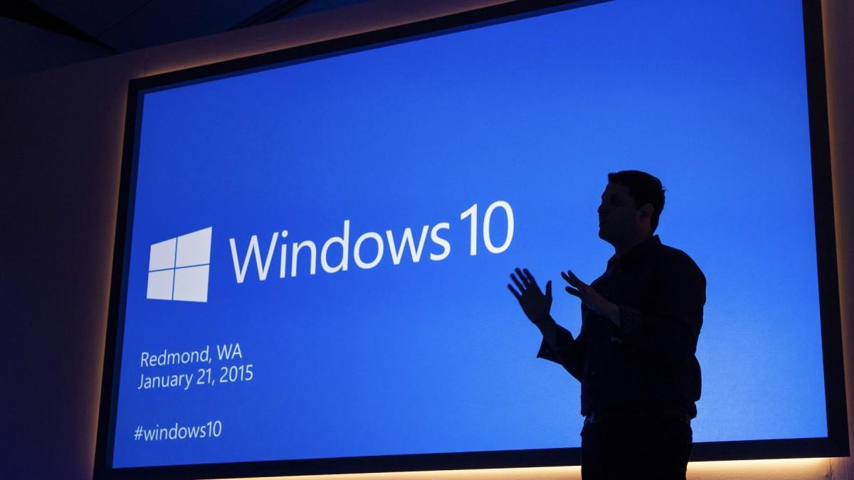 Person im Gegenlicht vor blauem Windows-Bildschirm