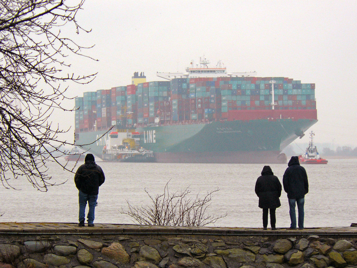 Havarie der CSCL Indian Ocean auf der Unterelbe bei Lühesand am 3. Februar 2016 (Foto vom 5. 2. 2016); Blick vom Lühe-Anleger. (By Lämpel (Own work) [CC BY-SA 3.0 (http://creativecommons.org/licenses/by-sa/3.0)], via Wikimedia Commons)