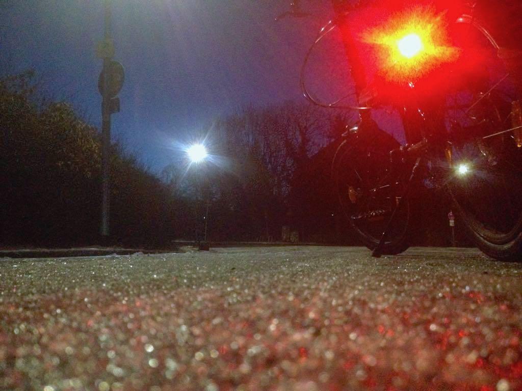 Fahrradrücklicht leuchtet auf einsamer Straße