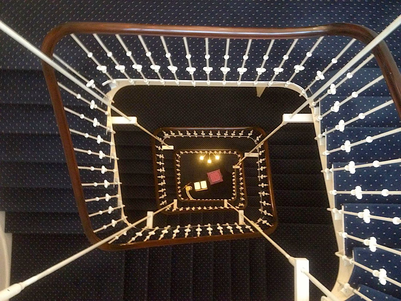 Treppenhaus mit blauen Stoffstufen
