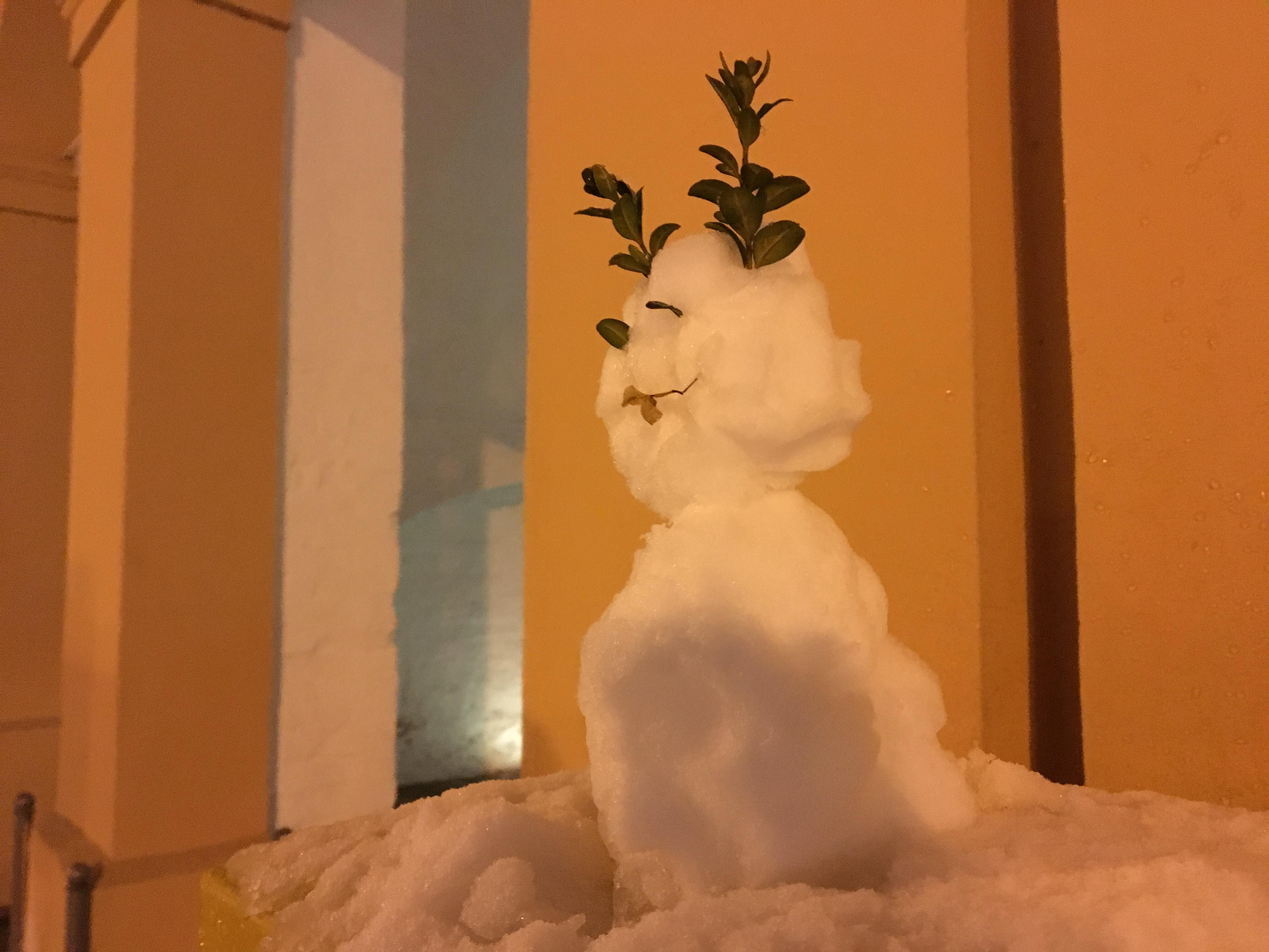 Schneemann mit Hörnern aus Zweigen