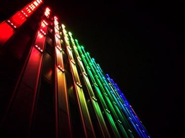 Bunt beleuchtete Fassade