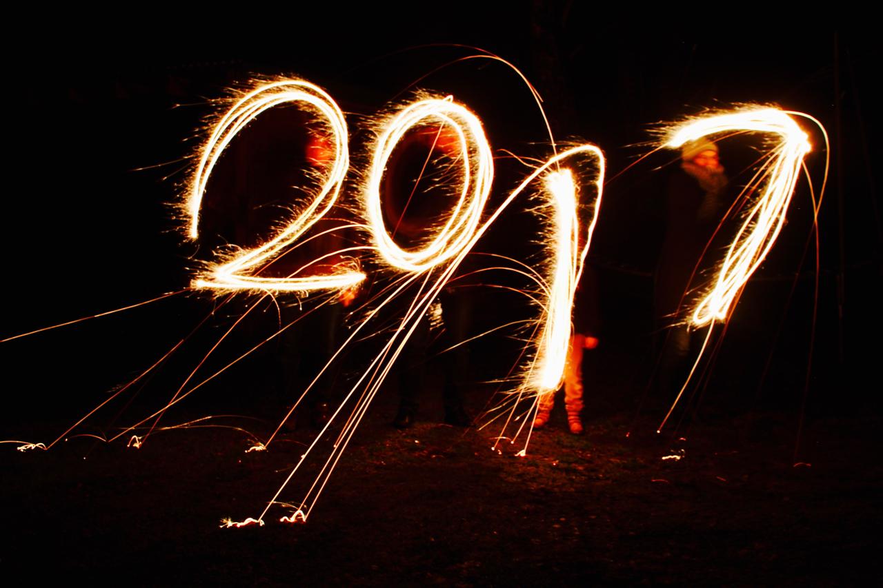 Langzeitbelichtung: Die Jahreszahl 2017 mit Wunderkerzen geschrieben.