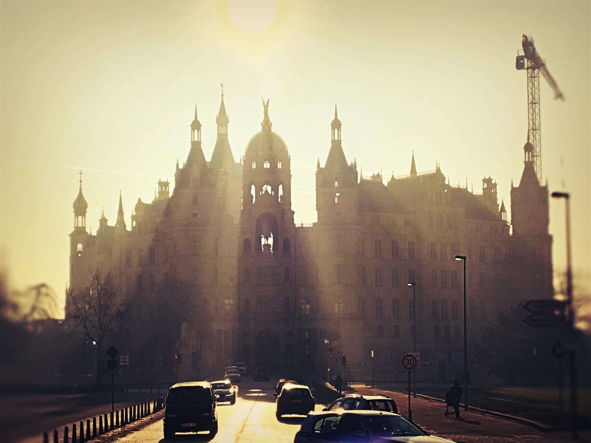 Das Schweriner Schloss im morgendlichen Gegenlicht