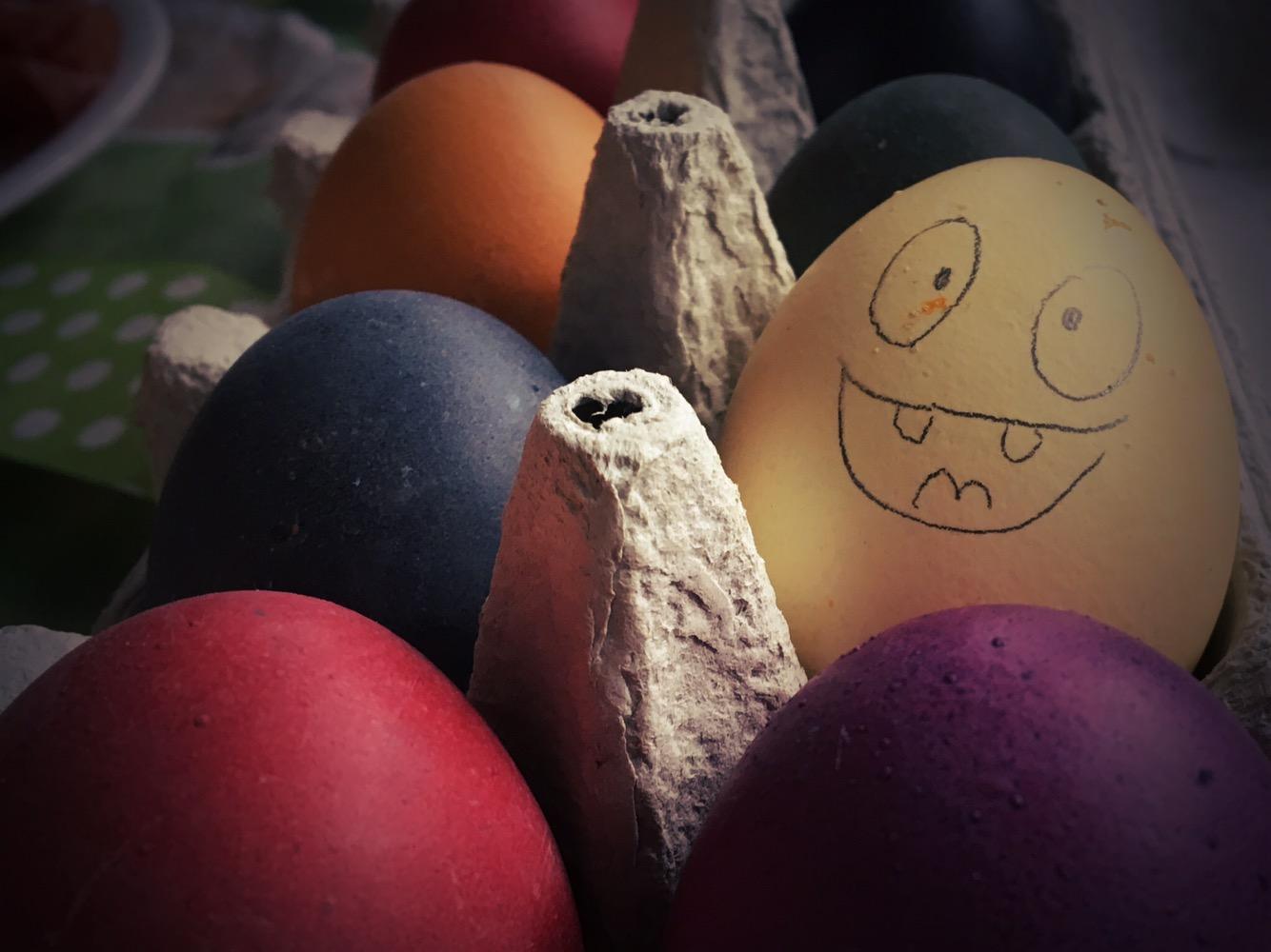 gefärbte Eier mit aufgemaltem Gesicht