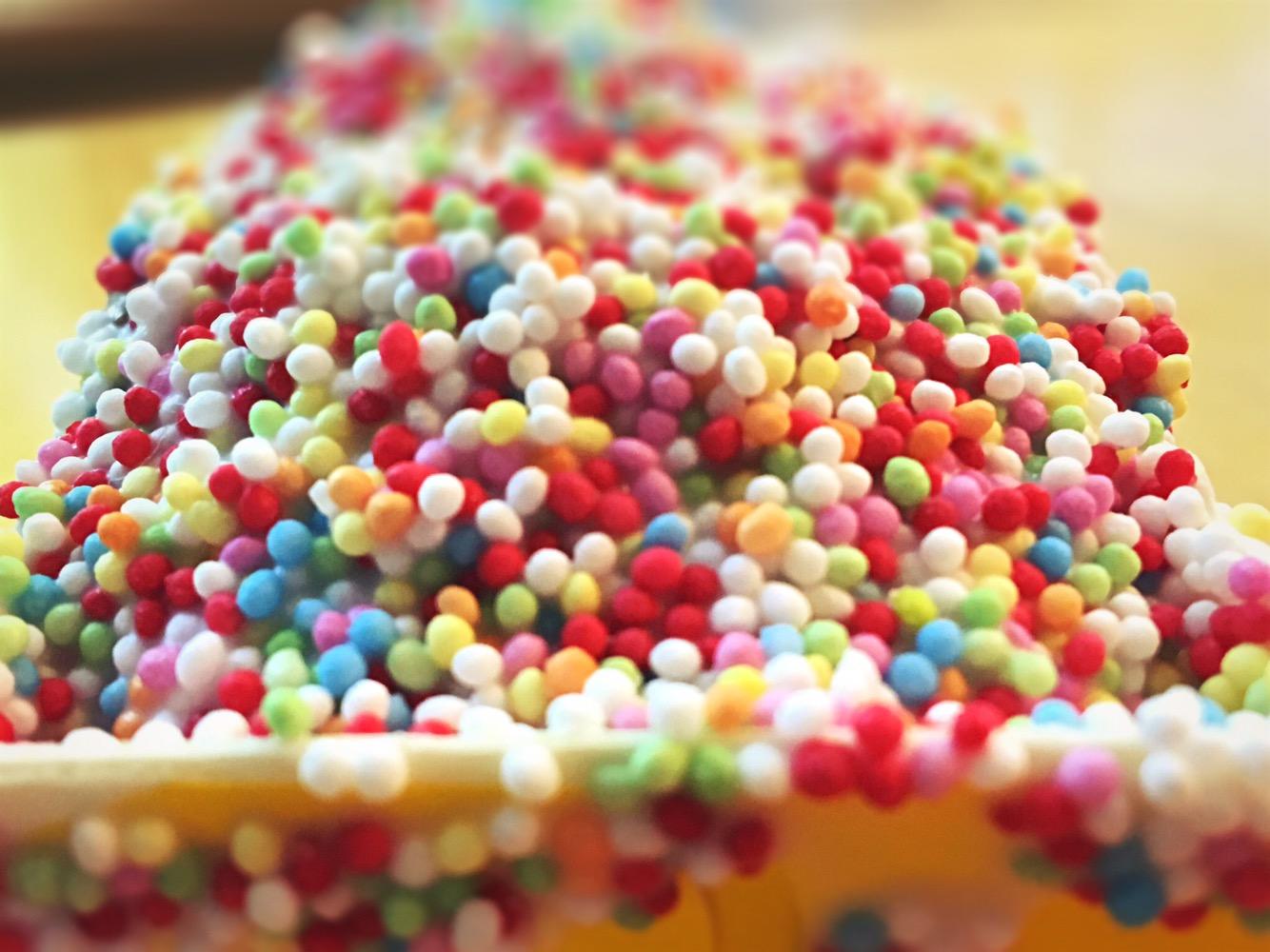 Bunte Zuckerperlen auf einem Kuchenstück