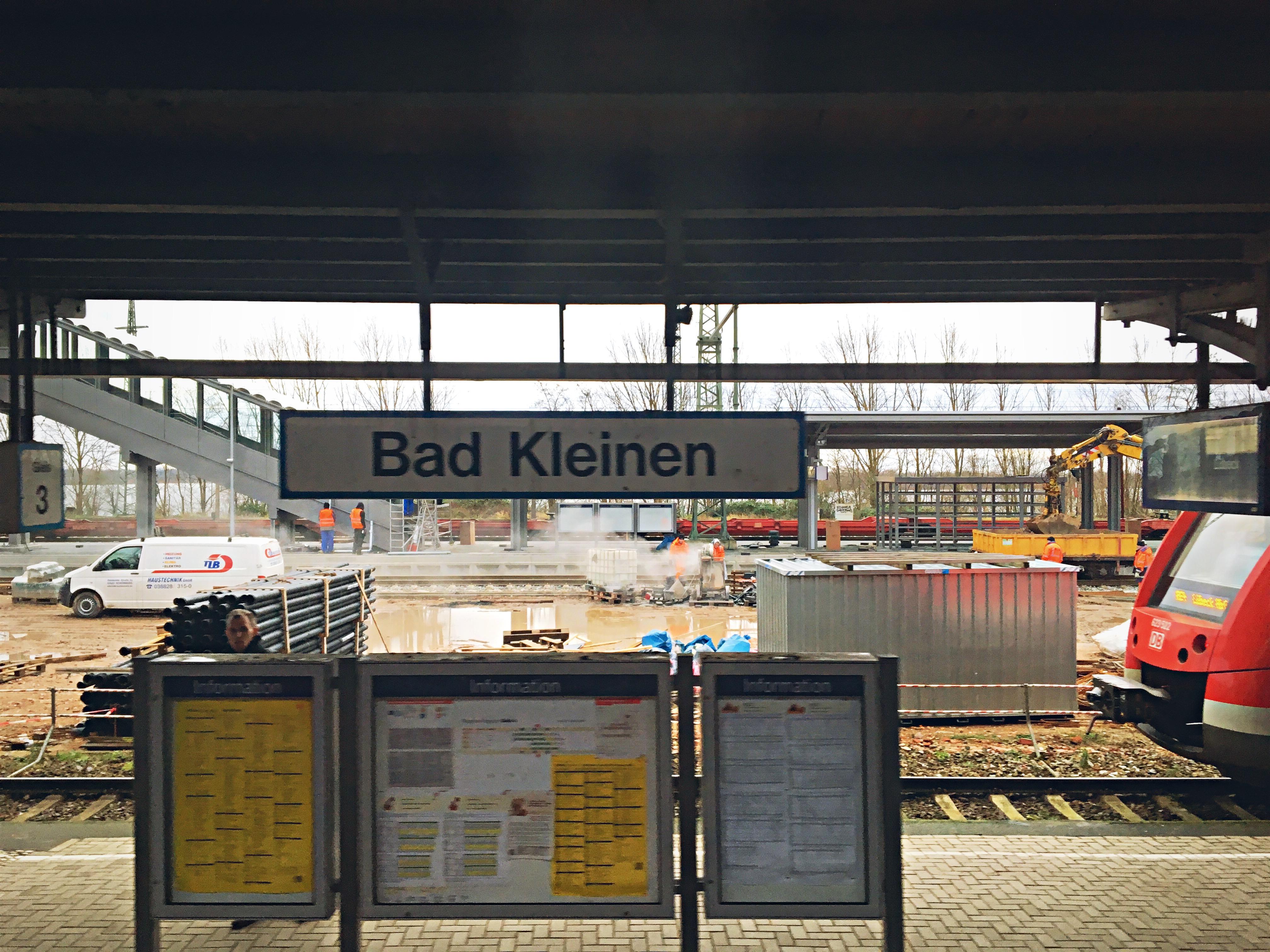 Baugeräte und Baustelle am Bahnhof Bad Kleinen