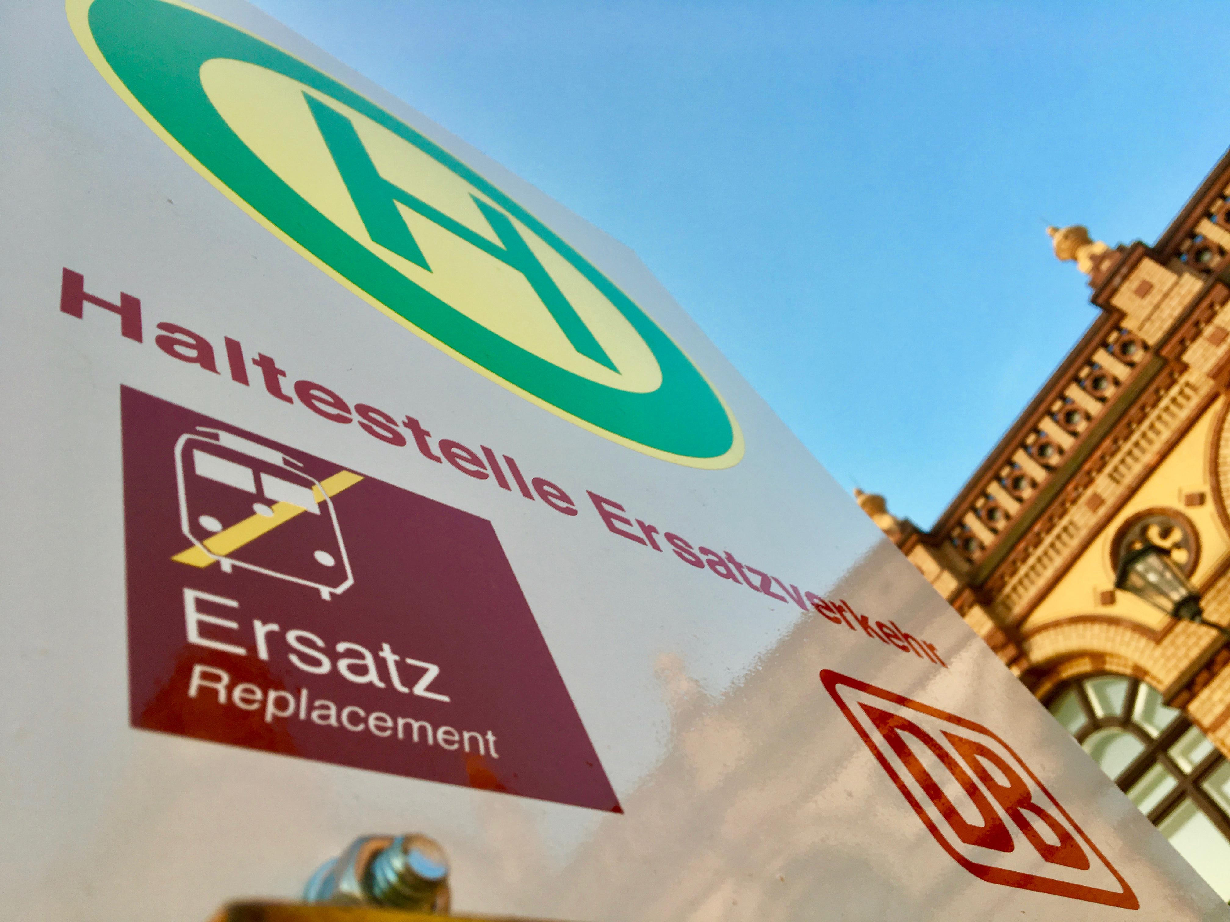 Ersatzverkehr-Schild vorm Schweriner Hauptbahnhof