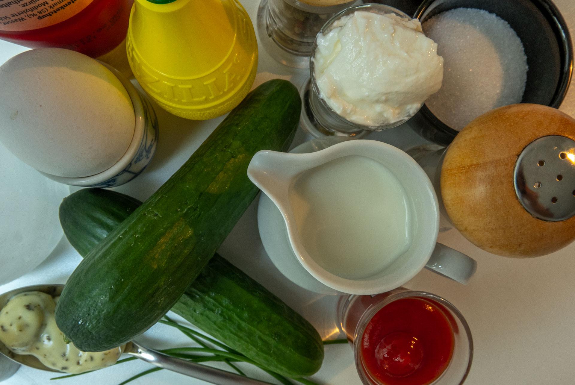 Gurken, ein Milchtopf, Ketchup, Zitronensaft, Ei, saure Sahne