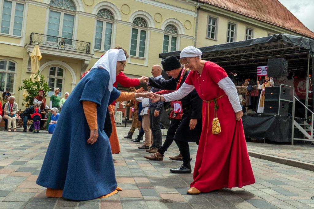 Historische Tänzer auf dem Uniplatz in blauen und roten Gewändern