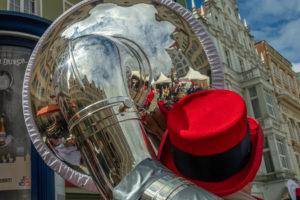 Häsuer spiegeln sich in einer Tuba