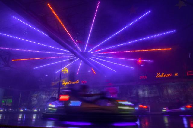 Strahlenförmige Beleuchtung über einer Autoscooterfläche