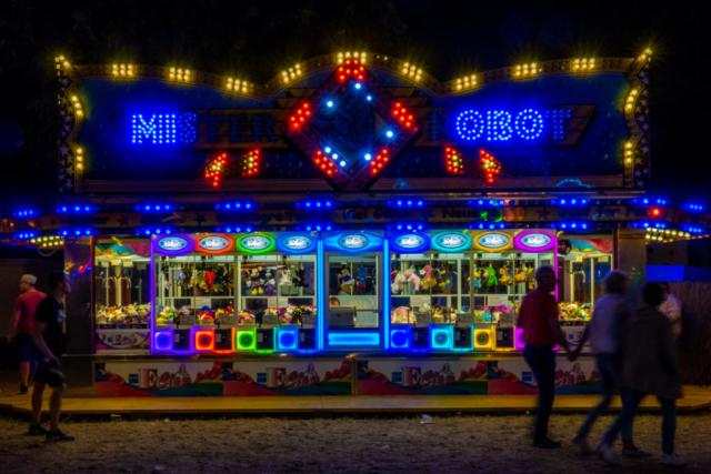 Bunt beleuchtete Spielautoamten mit Greifarmen