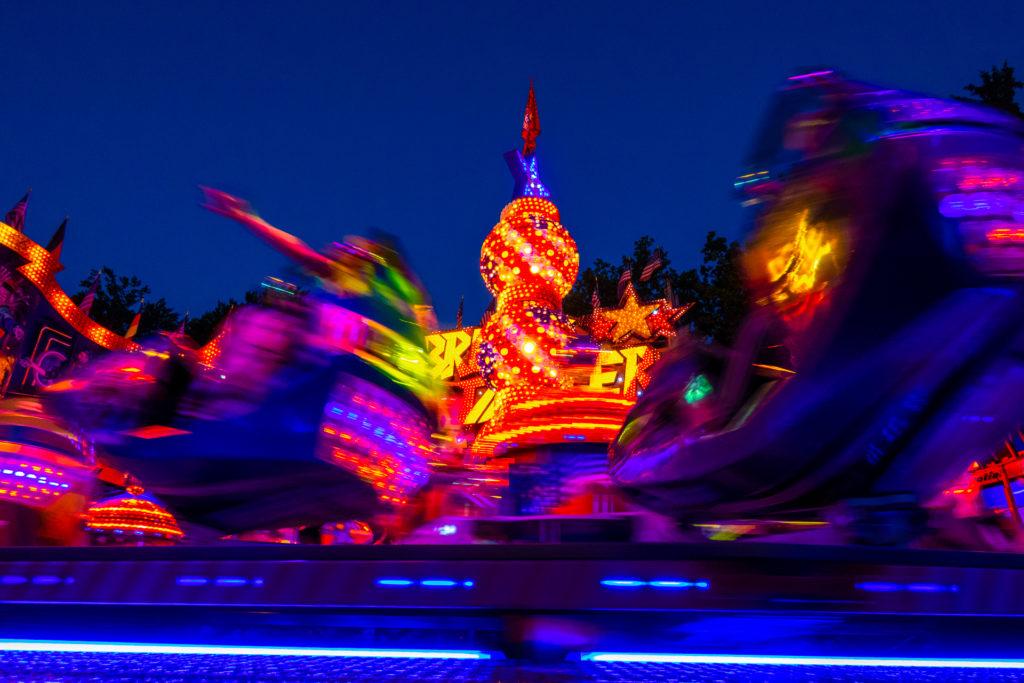 Der Breakdancer zieht mit seinen Gondeln pausenlos Leuchtspuren durch die Dämmerung.